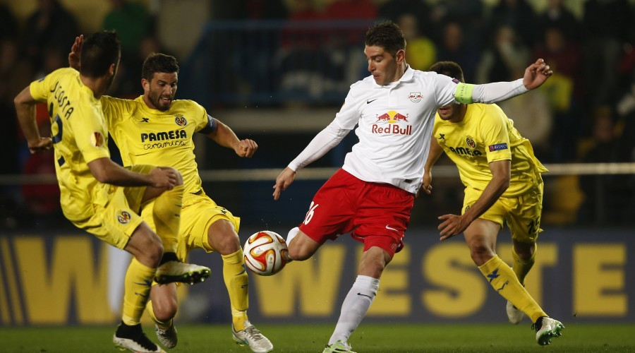 SOCCER - EL, Villarreal vs RBS VILLARREAL,SPAIN,19.FEB.15 - SOCCER - UEFA Europa League, Villarreal CF vs Red Bull Salzburg. Image shows Jaume Costa, Mateo Musacchio (Villarreal), Jonatan Soriano (RBS) and Victor Ruiz (Villarreal). PUBLICATIONxINxGERxHUNxONLY