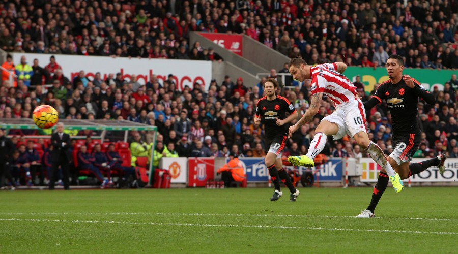 26.12.2015. The Britannia Stadium, Stoke, England. Barclays Premier League. Stoke City versus Manchester United ManU Marko Arnautovic of Stoke City gets his shot on goal towards David De Gea, Manchester United goalkeeper xDavidxBlundsenx PUBLICATIONxINxGERxSUIxAUTxHUNxSWExNORxDENxFINxONLY ActionPlus11691733