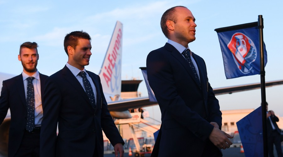 LA ROCHELLE, FRANCE - JUNE 08:  (L-R) David de Gea, Cesar Azpilicueta and Andres Iniesta of Spain arrive at La Rochelle airport for Euro 2016 tournament on June 8, 2016 in La Rochelle, Spain.  (Photo by David Ramos/Getty Images)