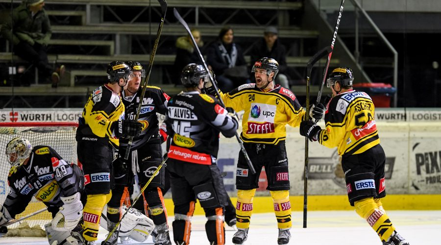 DORNBIRN,AUSTRIA,20.DEC.16 - ICE HOCKEY - EBEL, Erste Bank Eishockey Liga, Dornbirner EC vs EV Vienna Capitals. Image shows the disappointment of Florian Hardy, James Livingston and Chris D Alivse (Dornbirn) and the rejoicing of Collin Bowman, Jonathan Ferland and Mario Fischer (Capitals).  Photo: GEPA pictures/ Oliver Lerch