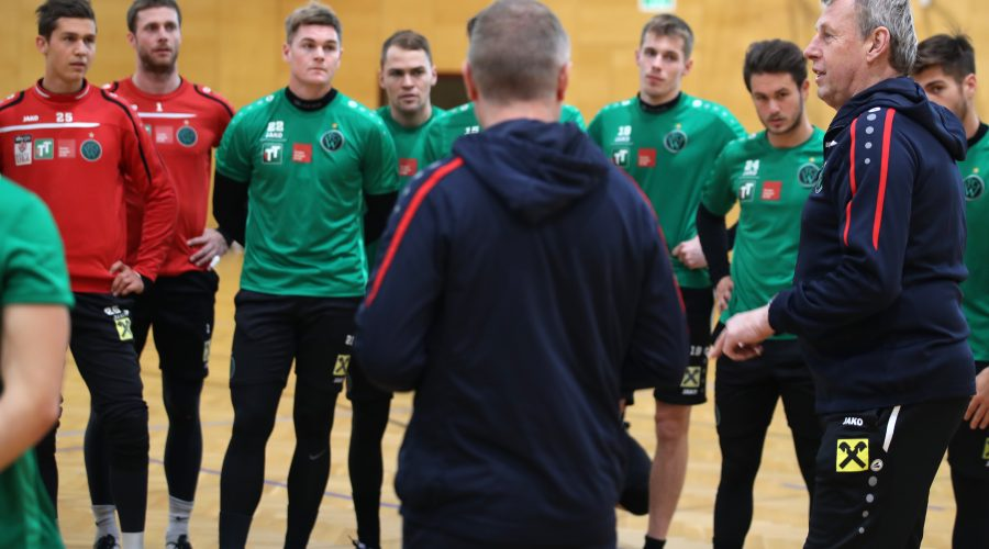 INNSBRUCK,AUSTRIA,09.JAN.17 - SOCCER - Sky Go Erste Liga, FC Wacker Innsbruck, training start. Image shows head coach Karl Daxbacher and the team (Wacker). Photo: GEPA pictures/ Andreas Pranter