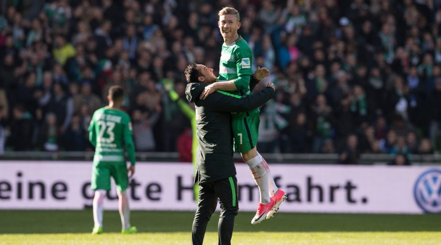 GER, 1.FBL, Werder Bremen vs Hamburger SV 16.04.2017, Weser Stadion, Bremen, GER, 1.FBL, Werder Bremen vs Hamburger SV, im Bild Jubel nach dem Derbysieg bei Alexander Nouri (Trainer SV Werder Bremen) mit Matchwinner Florian Kainz (Bremen 7) nordphotox/xKokenge