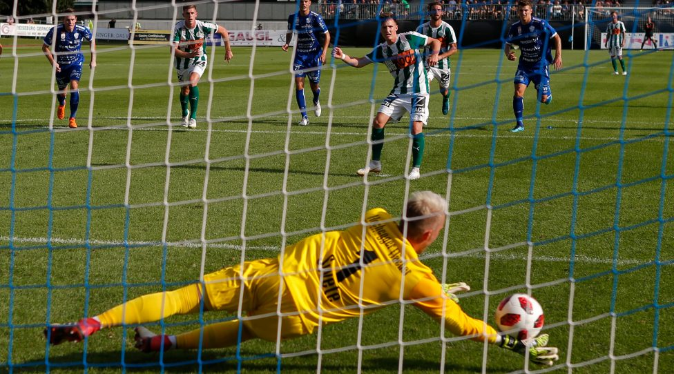 HARTBERG,AUSTRIA,11.AUG.18 - SOCCER - tipico Bundesliga, TSV Hartberg vs SV Mattersburg. Image shows Rene Swete (Hartberg) and Julius Ertlthaler (Mattersburg). Keywords: penalty kick. Photo: GEPA pictures/ David Rodriguez Anchuelo