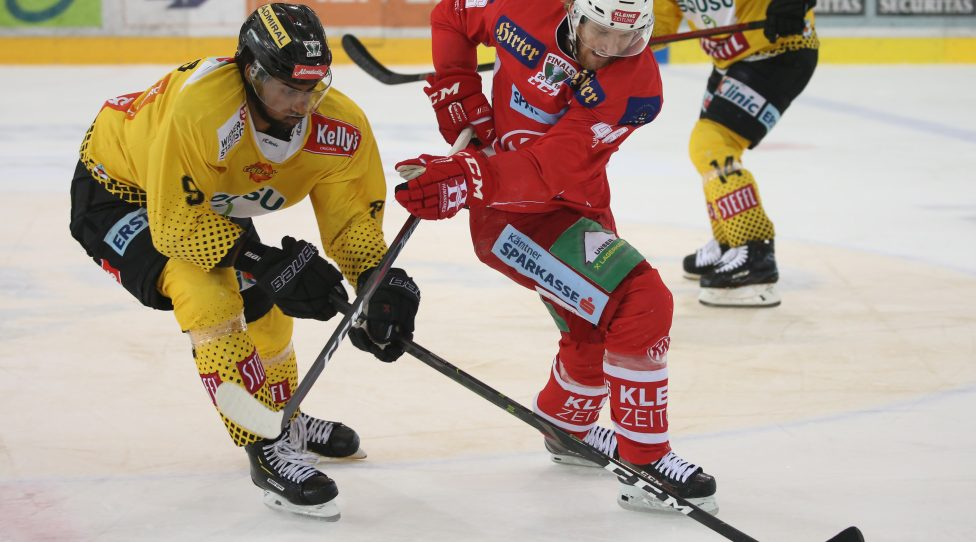 VIENNA,AUSTRIA,14.APR.19 - ICE HOCKEY - EBEL, Erste Bank Eishockey Liga, play off, final, EV Vienna Capitals vs KAC Klagenfurt. Image shows Ali Wukovits (Capitals) and Johannes Bischofberger (KAC). Photo: GEPA pictures/ Mario Kneisl