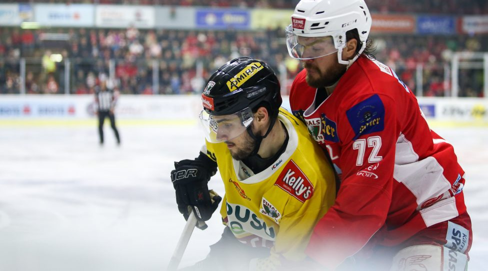 KLAGENFURT,AUSTRIA,16.APR.19 - ICE HOCKEY - EBEL, Erste Bank Eishockey Liga, play off, final, KAC Klagenfurt vs EV Vienna Capitals. Image shows Benjamin Nissner (Capitals) and Siim Liivik (KAC). Photo: GEPA pictures/ Daniel Goetzhaber