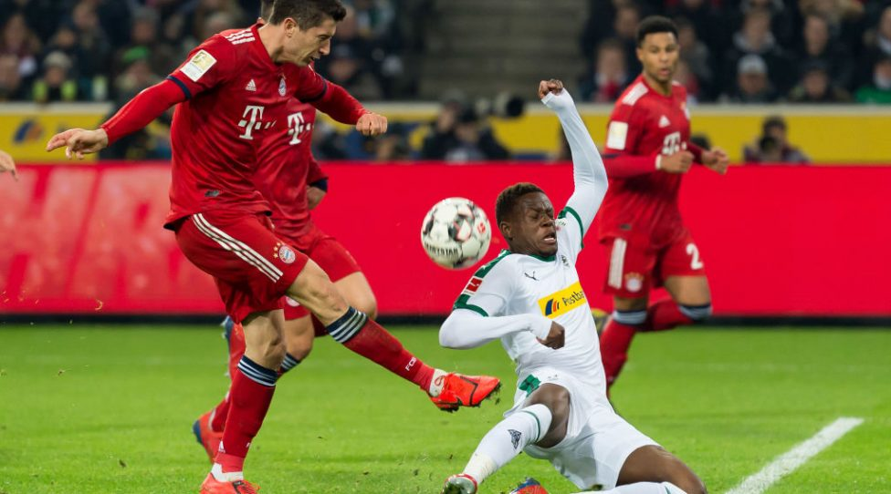 MOENCHENGLADBACH, GERMANY - MARCH 02: Robert Lewandowski of Bayern Muenchen and Denis Zakaria of Borussia Moenchengladbach battle for the ball during the Bundesliga match between Borussia Moenchengladbach and FC Bayern Muenchen at Borussia-Park on March 2, 2019 in Moenchengladbach, Germany. (Photo by TF-Images/Getty Images)