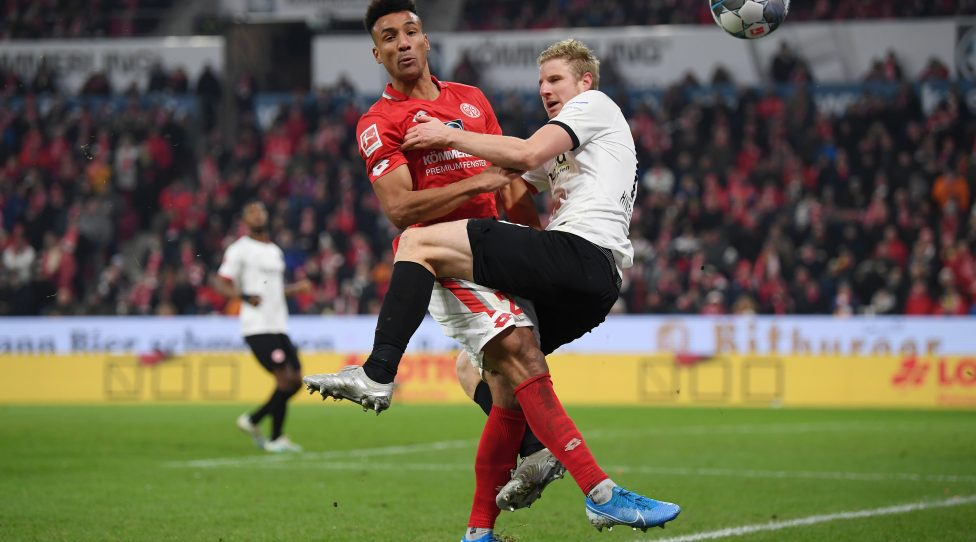 MAINZ, GERMANY - DECEMBER 02: Martin Hinteregger of Eintracht Frankfurt battles for possession with Karim Onisiwo of 1. FSV Mainz 05 during the Bundesliga match between 1. FSV Mainz 05 and Eintracht Frankfurt at Opel Arena on December 02, 2019 in Mainz, Germany. (Photo by Matthias Hangst/Bongarts/Getty Images)