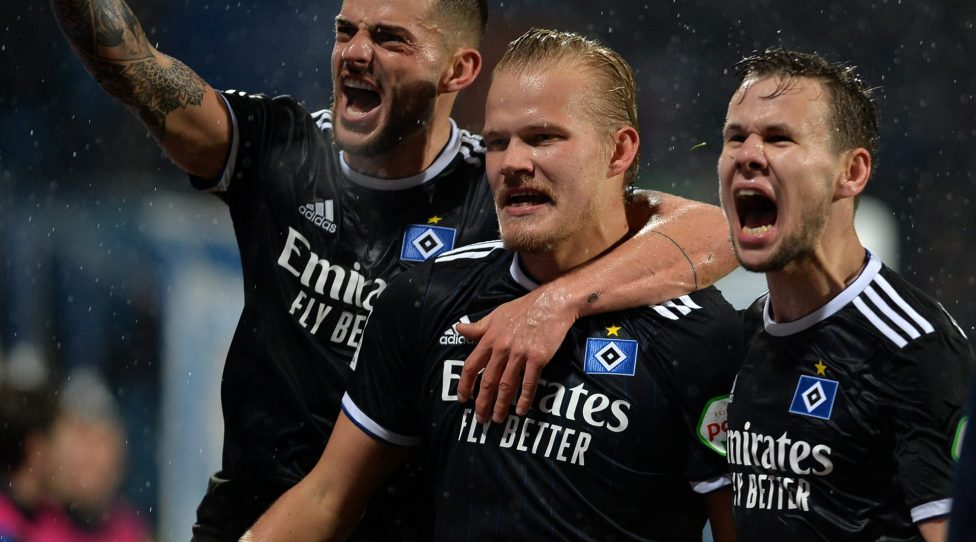 BOCHUM, GERMANY - FEBRUARY 03: (BILD ZEITUNG OUT) Joel Pohjanpalo of Hamburger SV celebrates after scoring his teams second goal with team mates during the Second Bundesliga match between VfL Bochum 1848 and Hamburger SV at Vonovia Ruhrstadion on February 3, 2020 in Bochum, Germany. (Photo by TF-Images/Getty Images)