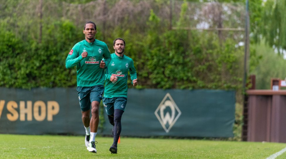 GER, 1.FBL, Werder Bremen Training / 28.04.2020, Trainingsgelaende am wohninvest WESERSTADION,, Bremen, GER, 1.FBL, Werder Bremen Training, im Bild Werder Profis trainierten auf Platz 10 invividuell nach einem vorgegeben Trainingsplan unter Zeitangaben ca 40. min Leonardo Bittencourt Werder Bremen 10 mit der Stoppuhr nin der Hand - er hatte die Aufgabe die Zeit zu nehmen Theodor Gebre Selassie Werder Bremen 23 *** GER, 1 FBL, Werder Bremen Training 28 04 2020, Training grounds at the wohninvest WESERSTADION,, Bremen, GER, 1 FBL, Werder Bremen Training, in the picture Werder professionals trained on place 10 individually according to a given training plan with time specifications about 40 min Leonardo Bittencourt Werder Bremen 10 with the stopwatch in his hand he had the task to take the time Theodor Gebre Selassie Werder Bremen 23 nordphotoxKokenge nph00001