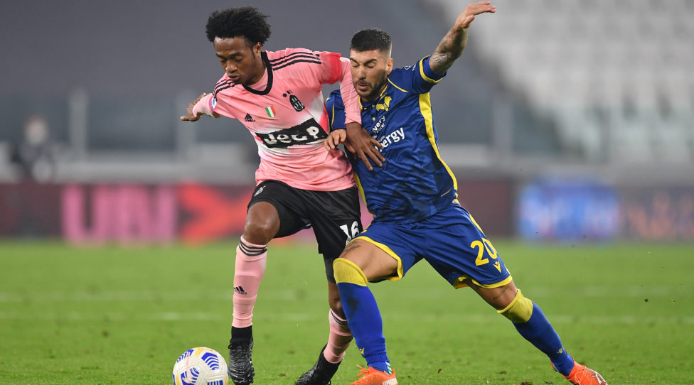 TURIN, ITALY - OCTOBER 25:  Juan Cuadrado (L) of Juventus competes with Mattia Zaccagni of Hellas Verona FC during the Serie A match between Juventus and Hellas Verona FC at Allianz Stadium on October 25, 2020 in Turin, Italy.  (Photo by Valerio Pennicino/Getty Images)