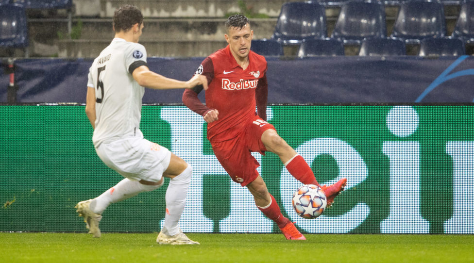 SALZBURG,AUSTRIA,03.NOV.20 - SOCCER - UEFA Champions League, group stage, Red Bull Salzburg VS FC Bayern Muenchen. Image shows Benjamin Pavard (Bayern) and Zlatko Junuzovic (RBS). Photo: GEPA pictures/ Harald Steiner