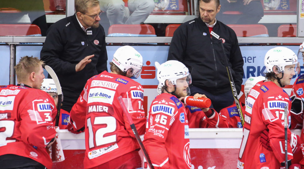 KLAGENFURT,AUSTRIA,09.OCT.20 - ICE HOCKEY - ICE Hockey League, Klagenfurter AC vs Villacher SV. Image shows head coach Petri Matikainen, assistant coach Juha Vuori, Sebastian Dahm, David Maier and Johannes Bischofberger (KAC). Photo: GEPA pictures/ Daniel Goetzhaber
