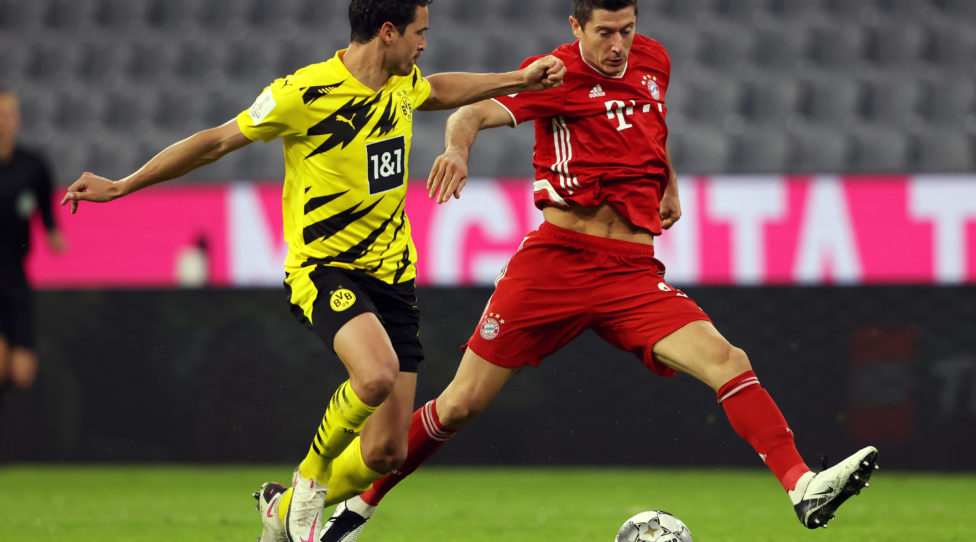 MUNICH, GERMANY - SEPTEMBER 30: Robert Lewandowski of Bayern Munich is challenged by Thomas Delaney of Borussia Dortmund during the Supercup 2020 match between FC Bayern Muenchen and Borussia Dortmund at Allianz Arena on September 30, 2020 in Munich, Germany.  (Photo by Alexander Hassenstein/Getty Images )
