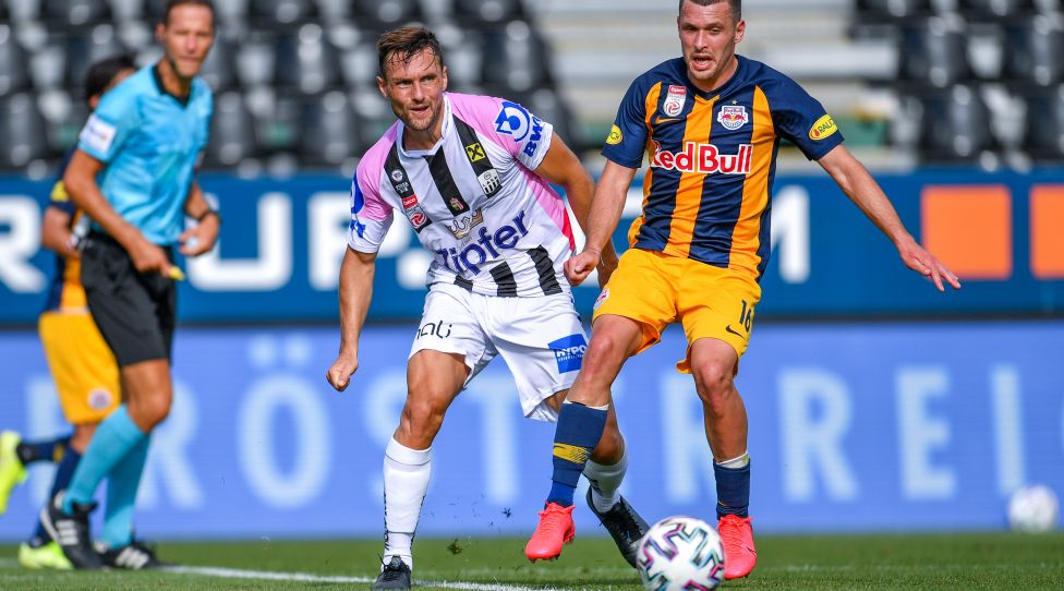 PASCHING,AUSTRIA,05.JUL.20 - SOCCER - tipico Bundesliga, championship group, Linzer ASK vs Red Bull Salzburg. Image shows James Holland (LASK) and Zlatko Junuzovic (RBS). Photo: GEPA pictures/ Christian Moser