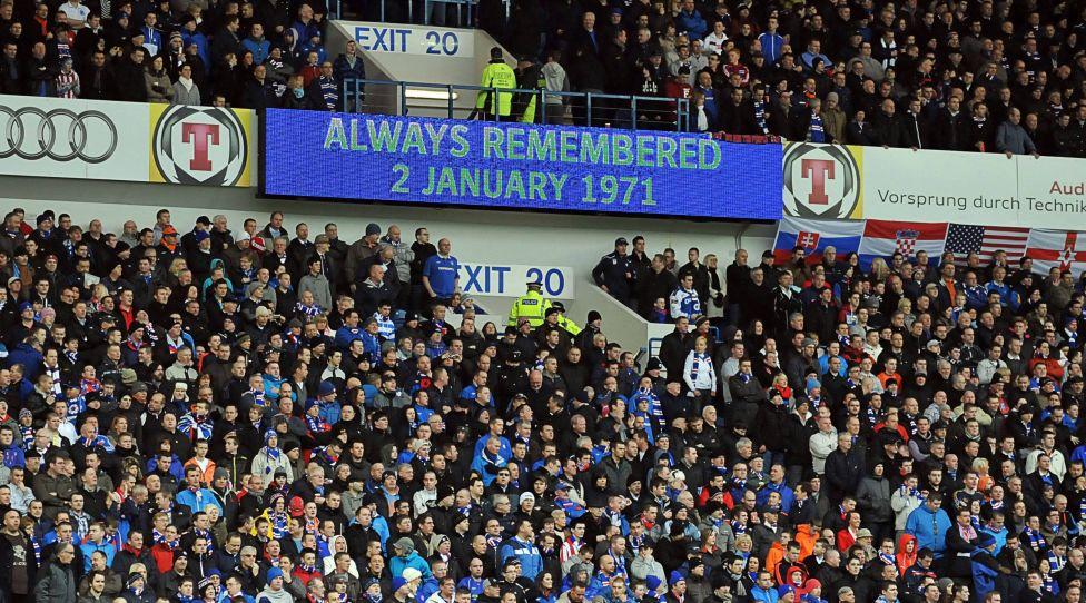 Glasgow Rangers Fans Gedenken an die  66 Menschen, die beim Zusammenbruch einer Tribüne in Glasgow während des Fußball-Lokalderbys zwischen den Rangers und Celtic am 2 Januar 1971im Ibrox starben PUBLICATIONxINxGERxSUIxAUTxHUNxPOLxUSAxONLY