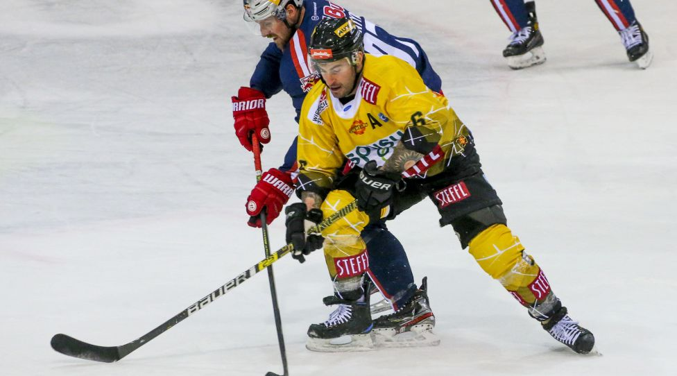 VIENNA,AUSTRIA,31.JAN.21 - ICE HOCKEY - ICE Hockey League, EC Vienna Capitals vs EC Red Bull Salzburg. Image shows Rafael Rotter (Capitals) and David McIntyre (RBS). Photo: GEPA pictures/ Mario Kneisl