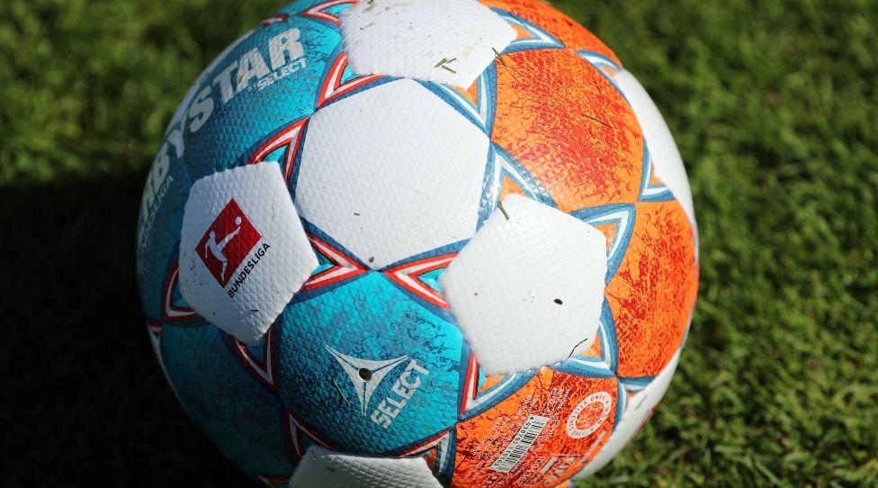 v.li.: Ein Ball der Marke Derbystar Bundesliga Brillant Aps by Select liegt auf dem Rasen, offizieller Spielball, official Match Ball, Symbolfoto, Symbolbild, Feature, 14.07.2021, Würzburg Deutschland, Fussball, Testspiel, FC Würzburger Kickers - SpVgg Greuther Fürth, DFB/DFL REGULATIONS PROHIBIT ANY USE OF PHOTOGRAPHS AS IMAGE SEQUENCES AND/OR QUASI-VIDEO. *** v li A ball of the brand Derbystar Bundesliga Brillant Aps by Select lies on the lawn, official match ball, symbol photo, symbol picture, feature, 14 07 2021, Würzburg Germany , football, test match, FC Würzburger Kickers SpVgg Greuther Fürth, DFB DFL REGULATIONS PROHIBIT ANY USE OF PHOTOGRAPHS AS IMAGE SEQUENCES AND OR QUASI VIDEO xfsx